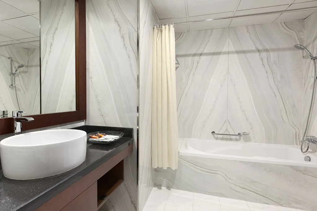 | EXECUTIVE SUITE - BATHROOM |